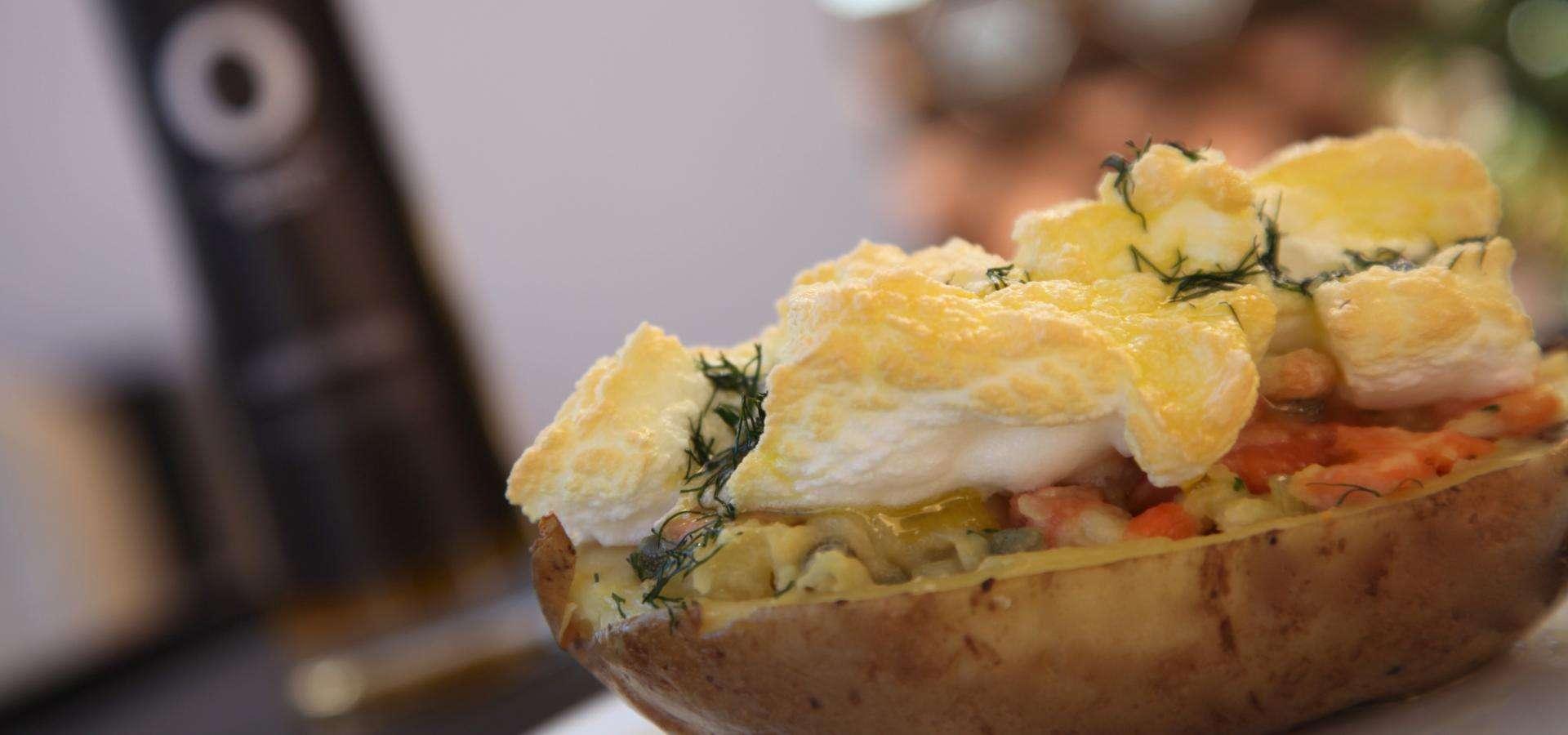 картофель, фаршированный копченой форелью, с каперсами, луком-батуном и яйцами