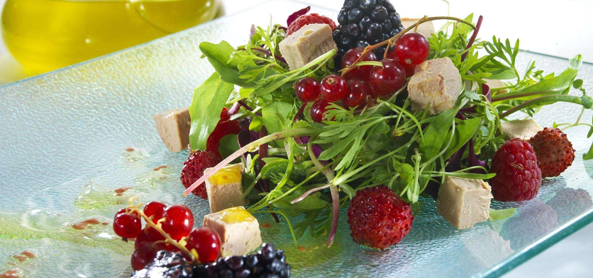 Салат с фуа-гра и ягодами