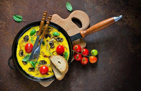 Омлет с помидорами, грибами и сыром