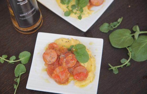 Копченые колбаски с полентой в кисло-сладком соусе и сыром Гауда