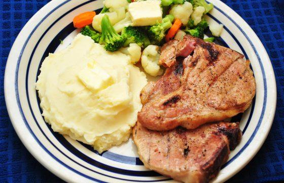 Рецепт свиных отбивных с гарниром